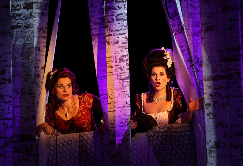 "Franziska Tiedtke (Annina, left) and Larissa Angelini (Barbara Delaqua) in ""Eine Nacht in Venedig"" in Pforzheim.  (Photo: Sabine Haymann)"