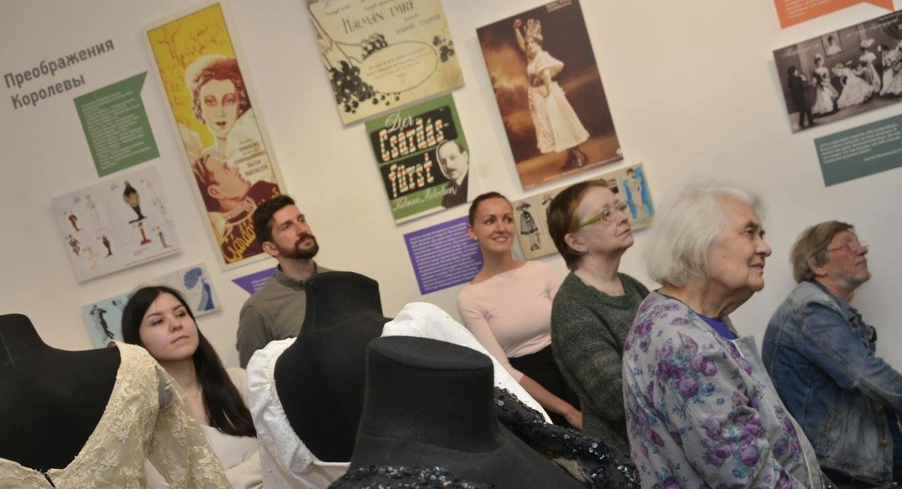 Visitors at the Hungarian operetta exhibition in Moscow. (Photo: Miskolci Színészmúzeum -Thália-ház)
