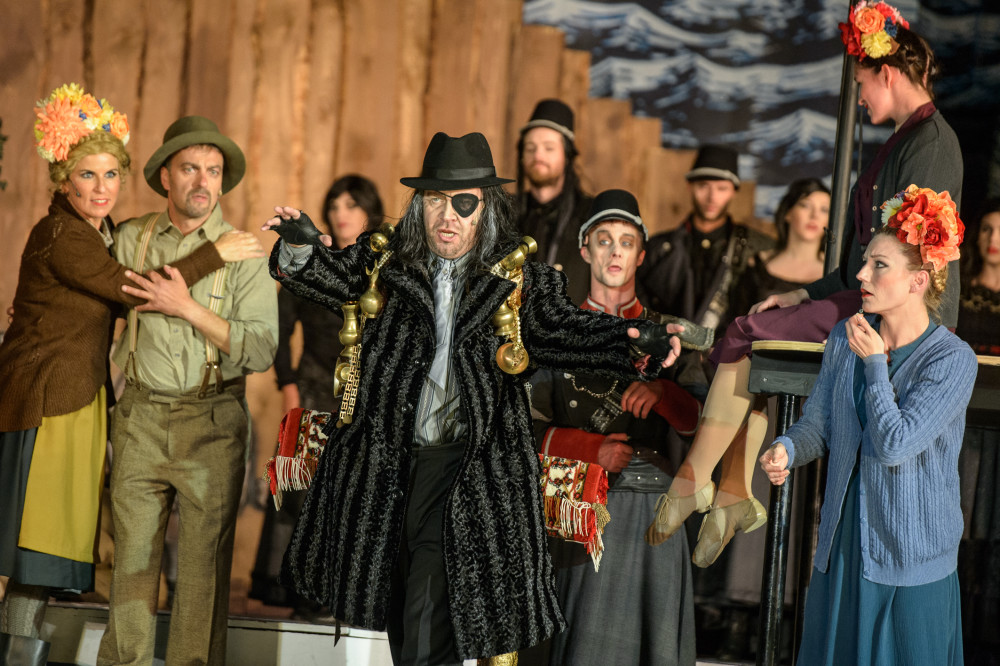 "Bernd Könnes (Kálman Zsupán) and ensemble in ""Der Zigeunerbaron,"" 2017. (Photo: Jörg Metzner)"