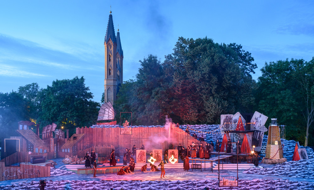 "The stage on fire in ""Der Zigeunerbaron,"" 2017. (Photo: Jörg Metzner)"