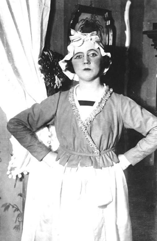 "Claire Waldoff in the Kollo operetta ""Drei alte Schachteln."""