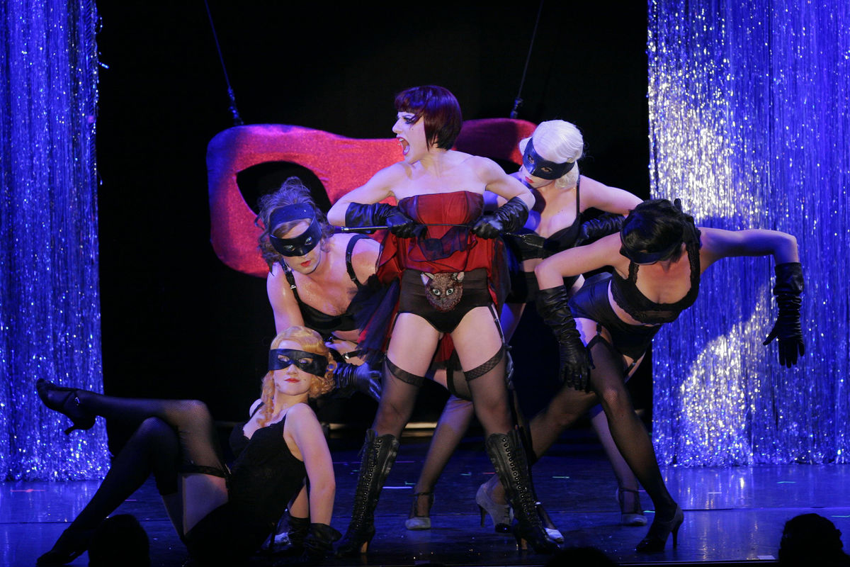 Sophia Euskirchen as Sally Bowles and the Kit Kat Girls. (Photo: XAMAX)