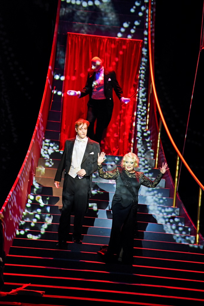 "Angelika Milster as Norma Desmond with Kai Wefer as Joe in ""Sunset Boulevard."" (Photo: Bühnen der Stadt Gera/Landestheater Altenburg)"