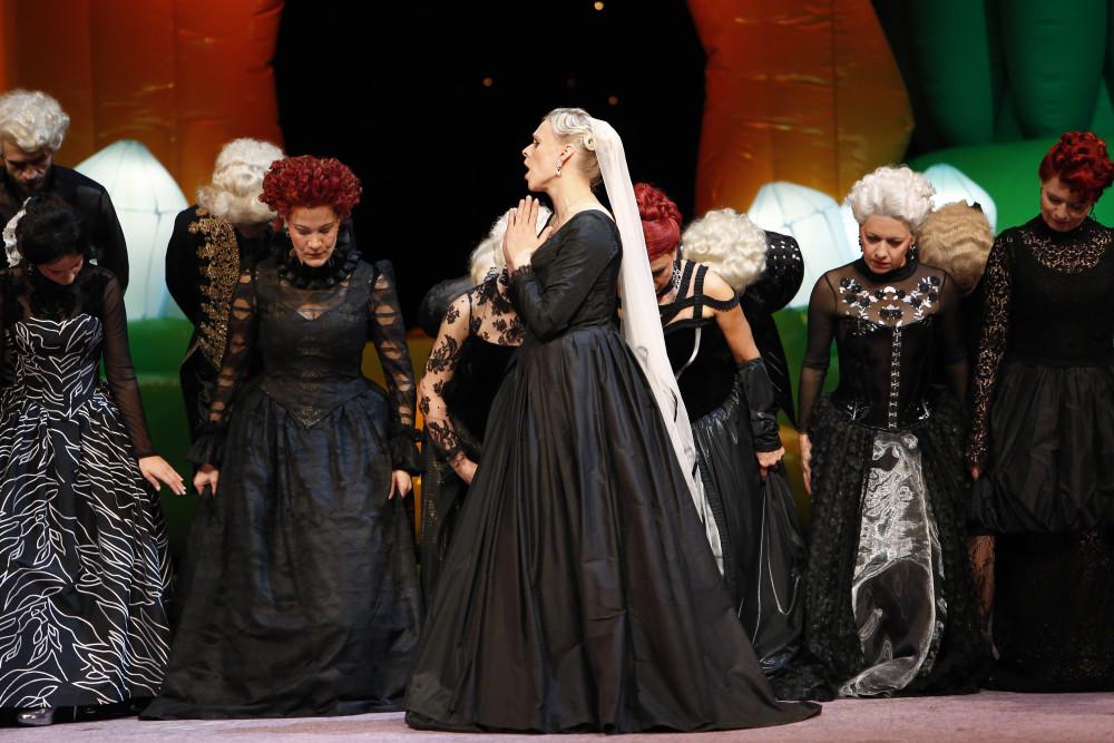 """Herzogin Sybilla (Lilli Wünscher) and chorus in """"Die große Sünderin,"""" Oper Leipzig 2017. (Photo: Ida Zenna)"""