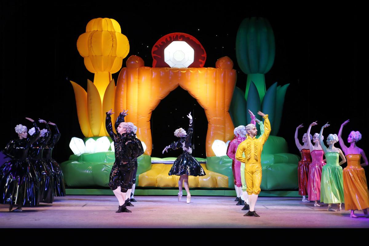 """The ballet company of the Musikalische Komödie in """"Die große Sünderin"""" at Oper Leipzig, 2017. (Photo: Ida Zenna)"""
