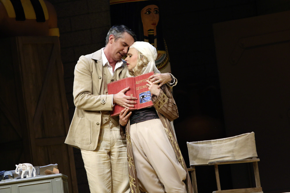"Radoslaw Rydlewski (Dr. Hjalmar Eklind) and Lilli Wünscher (Claudia) as the 'modern couple' in ""Prinzessin Nofretete,"" at the Musikalische Komödie Leipzig. (Photo: Ida Zenna)"