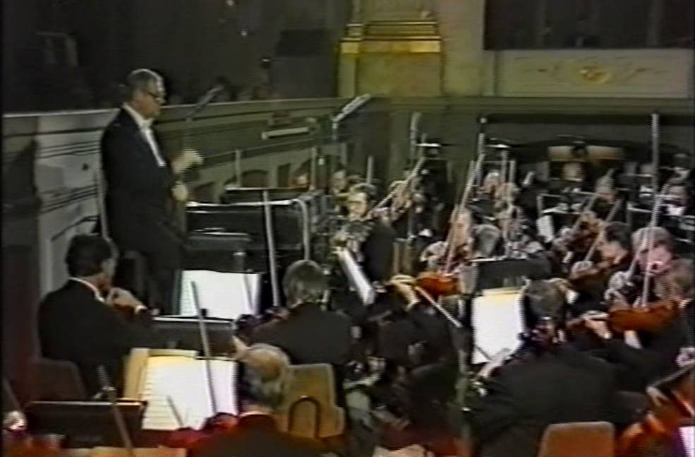 Robert Hanell conducting the Staatskapelle in 1982. (Screenshot)