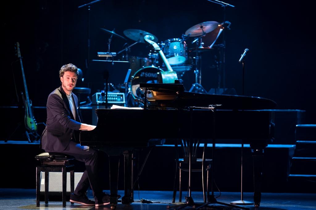 "Florian Wagner performing his chanson ""Schlechtes Lied."" (Photo: Bundeswettbewerg Gesang / Matthias Heyde)"