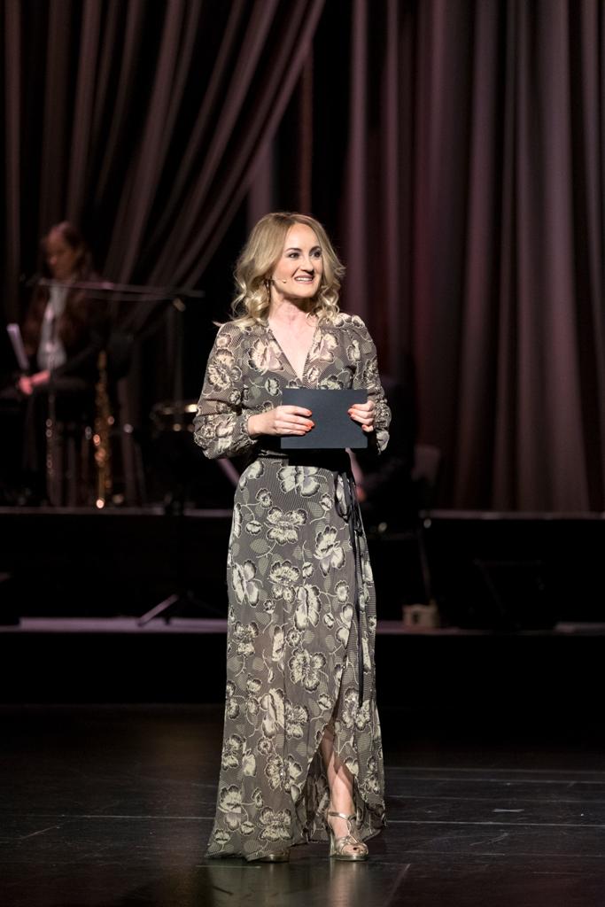 Katharine Mehrling hosting the gala at Friedrichstadt Palast. (Photo: Bundeswettbewerg Gesang / Matthias Heyde)