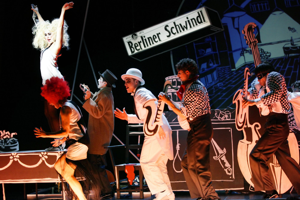 "Vidina Popov, Catherine Stoyan, Mehmet Yılmaz, Jonas Dassler, Alexander Darkow, Johann Jürgens  in ""Alles Schwindel"" at Gorki Theater, Berlin. (Photo: Ute Langkafel)"