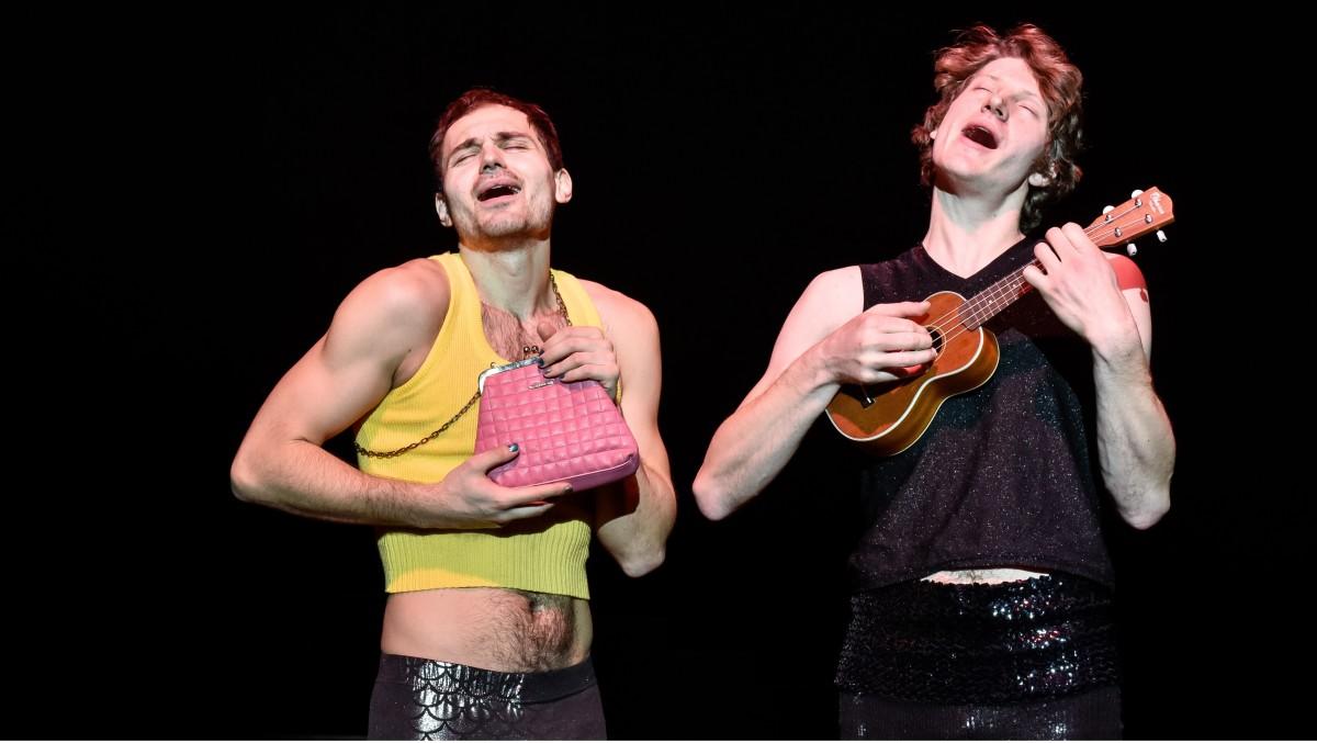 """Božidar Kocevski (l.) and Heiner Bomhard in """"Jeder Idiot hat eine Oma, nur ich nicht"""" at Deutsches Theater Berlin/Kammerspiele 2018. (Photo: Arno Declair)"""