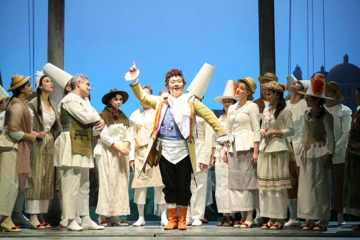 "JunHo You (Caramello) and chorus in ""Eine Nacht in Venedig"" at Volksoper Wien. (Photo: Barbara Pálffy/Volksoper Wien)"
