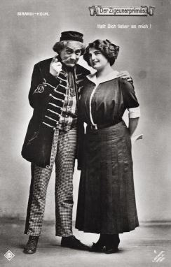 "Alexander Girardi playing a father-figure in Kálmán's ""Zigeunerprimas."" (Photo: Archive Marion Linhardt)"