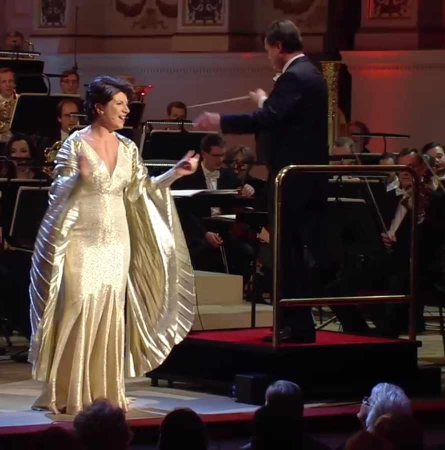 Elisabeth Kuhlman singing famed UFA songs with conductor Christian Thielemann in Dresden at the ZDF New Year's concert. (Photo: Screenshot)