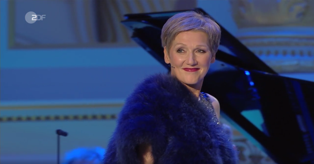 Angela Denoke in a glamorous film star outfit at the Dresden New Year's concert 2017. (Photo: Screenshot)