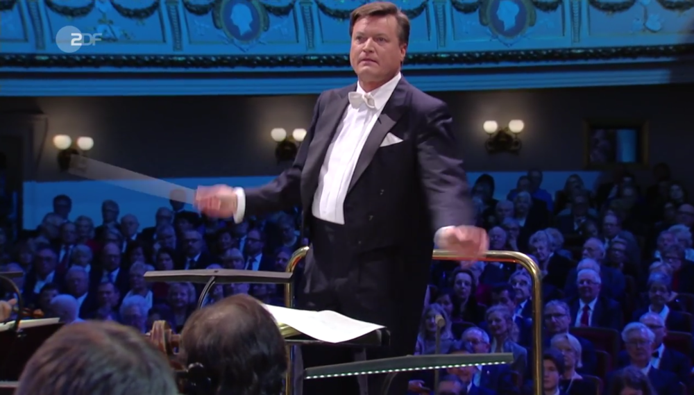 Conductor Christian Thielemann trying to get a grip on swing music at the New Year's concert in Dresden 2017. (Photo: Screenshot)