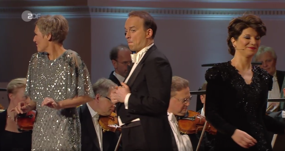 "The three soloists singing ""Musik, Musik, Musik"" by Peter Kreuder at the Dresden New Year's concert. (Photo: Screenshot)"