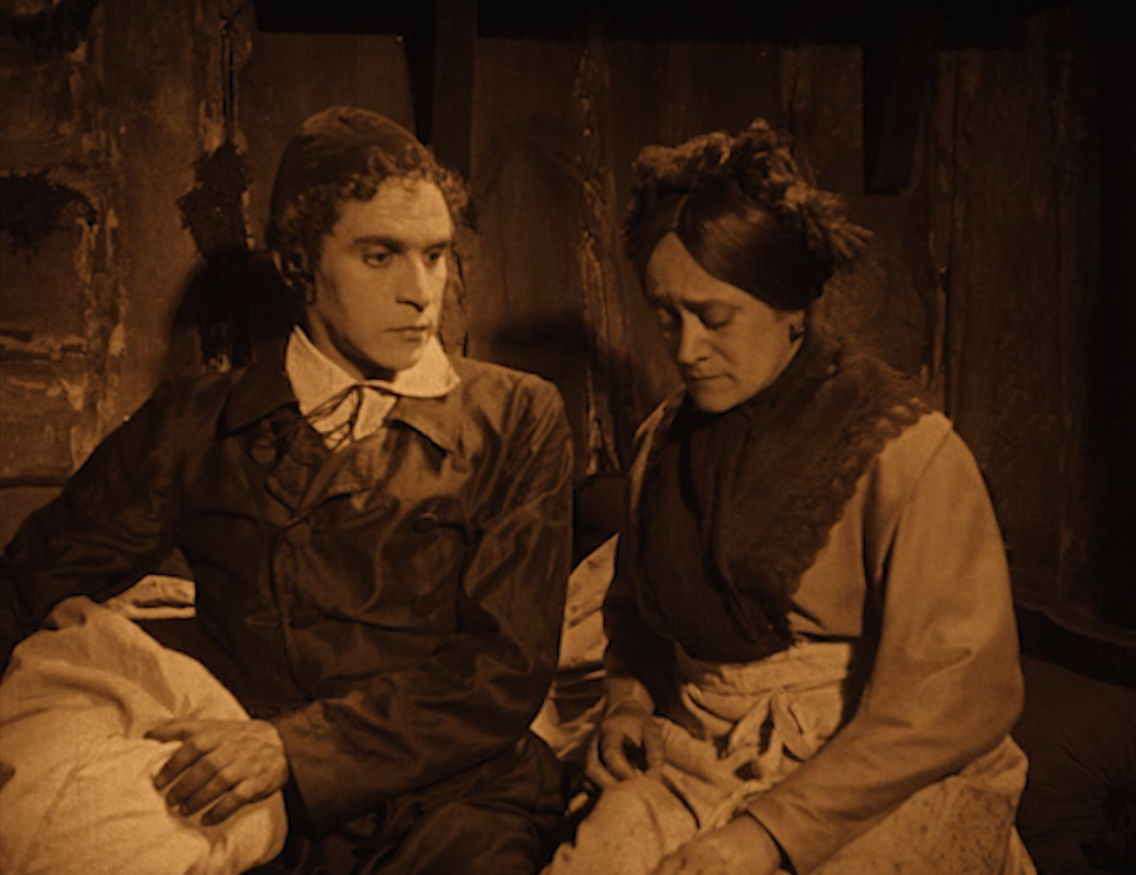 "A mother-son-moment in ""Das alte Gesetzt"" with Ernst Deutsch (l.) and Grete Berger. (Screenshot)"