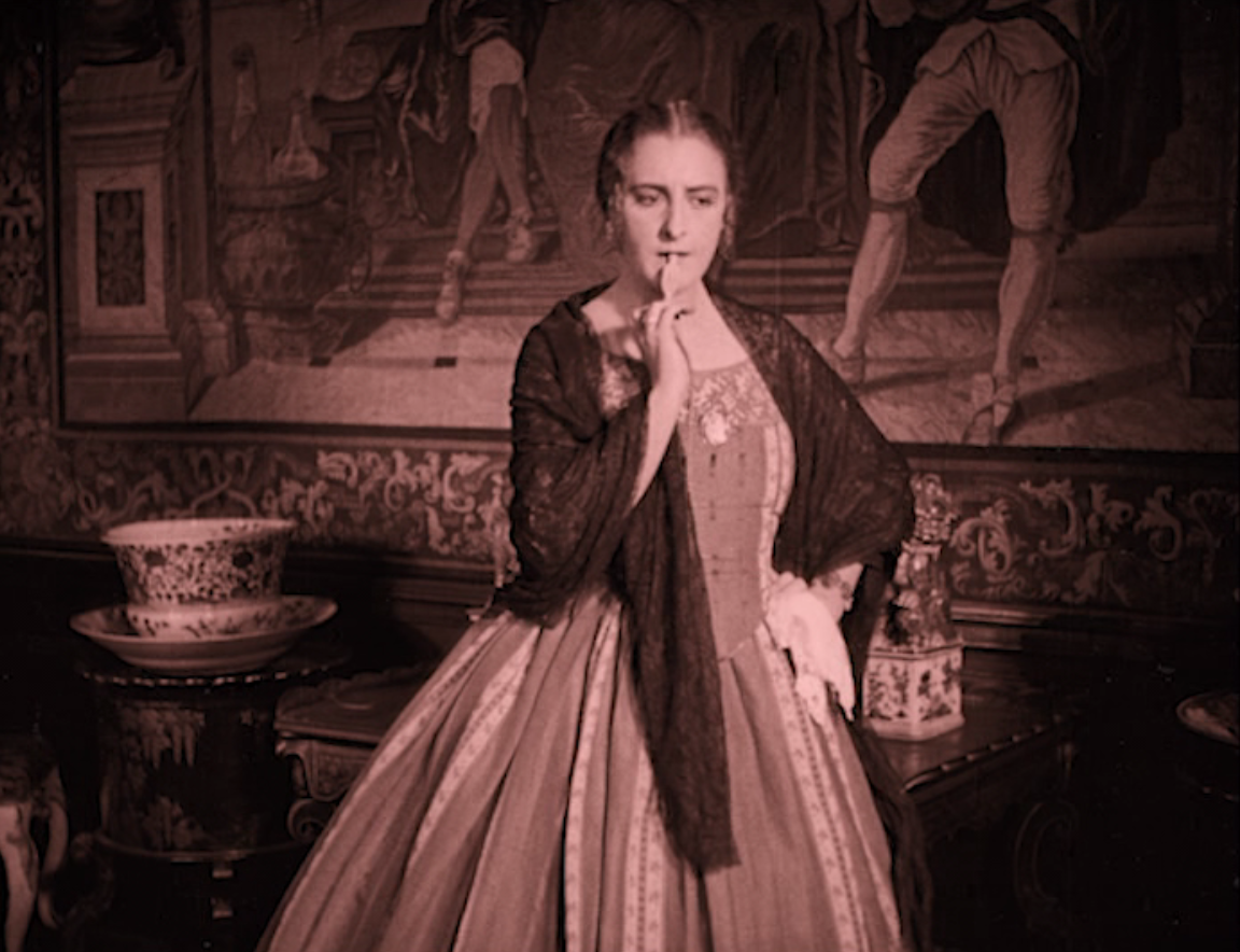"Henny Porten as the Erzherzogin trying to figure out how she can best seduce the actor Baruch in ""Das alte Gesetz,"" 1923. (Screenshot)"