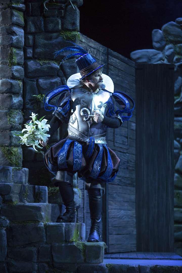 "Wolfgang Ablinger-Sperrhacke as Bluebeard in the Stefan Herheim production of ""Blaubart"" at Komische Oper Berlin. (Photo: Iko Freese / drama-berlin.de)"