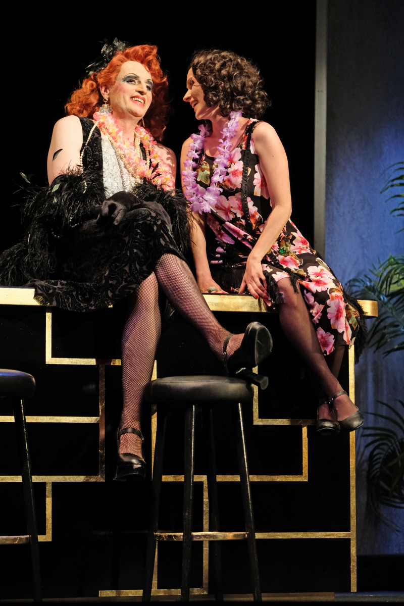 "Uwe Tobias Hieronimi as Jim Boy (l.) and Antonia Radneva as Raka in ""Blume von Hawaii"" at TfN, 2018. (Photo: F. von Traubenberg)"