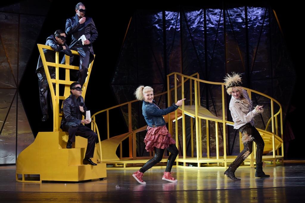 """Drei Krähen, Inga Krischke (Dorothy), Christian Miebach (Vogelscheuche) in """"Zauberer von Oz."""" (Photo: Nilz Böhme)"""