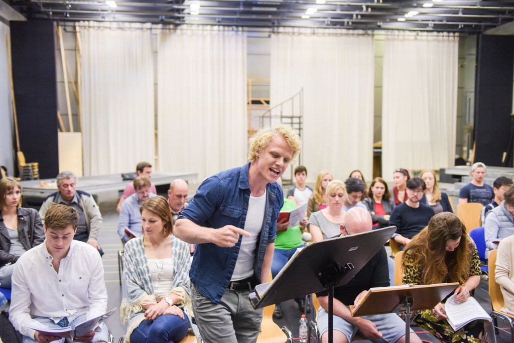 """Jesus Christ Superstar"" rehearsal with Tobias Bieri (front) and Christian Miebach (l.). (Photo: Nilz Böhme)"