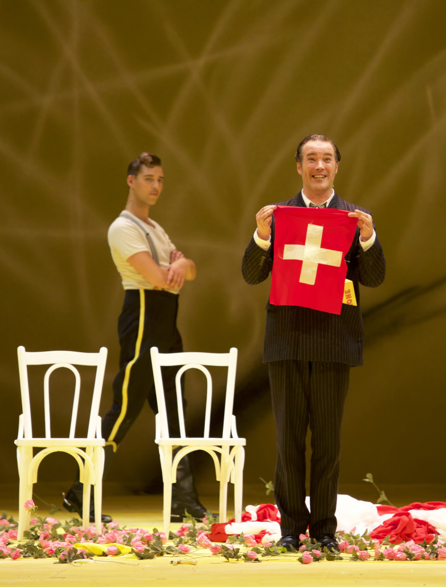 "Maximilian Mayer as Major Alexius Spiridoff (left) and Daniel Prohaska as Bumerli in ""Der tapfere Soldat"" in Munich, 2018. (Photo: Christian POGO Zach)"