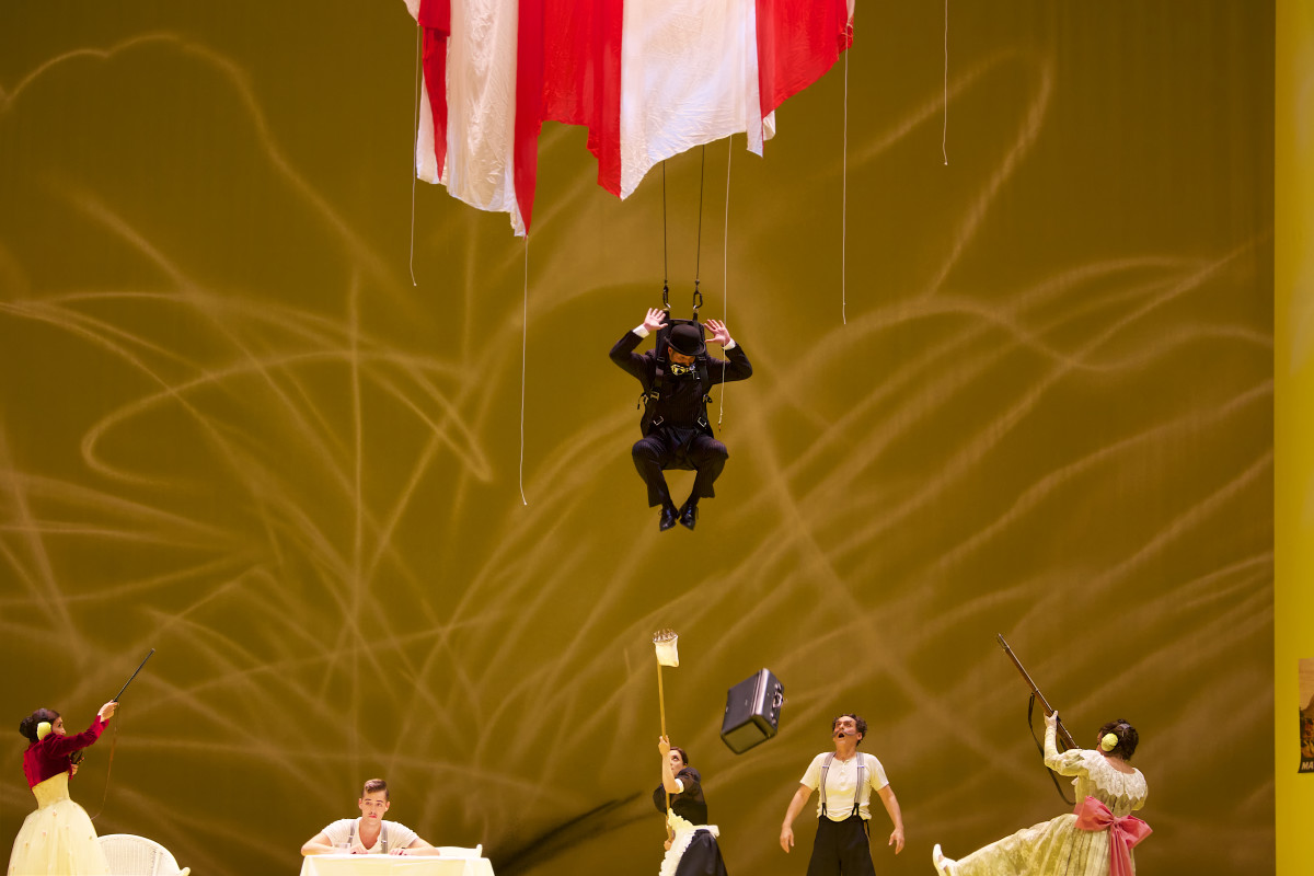 "Sophie Mitterhuber (Nadina), Maximilian Mayer (Major Alexius Spiridoff), Daniel Prohaska (Bumerli), Jasmina Sakr (Mascha), Hans Gröning (Oberst Kasimir Popoff), Ann-Katrin Naidu (Aurelia) in ""Der tapfere Soldat"" at Gärtnerplatztheater München. (Photo: Christian POGO Zach)"
