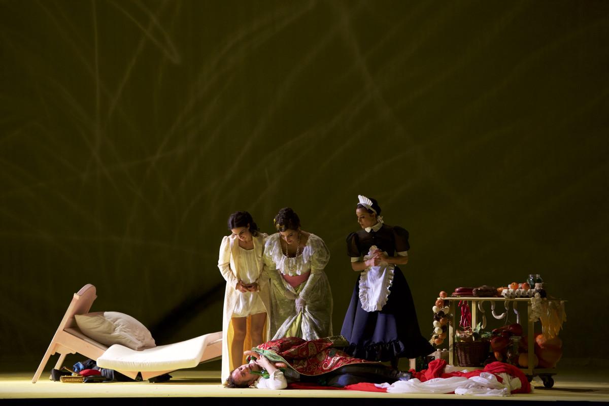 """Sophie Mitterhuber (Nadina), Ann-Katrin Naidu (Aurelia), Jasmina Sakr (Mascha), Daniel Prohaska (Bumerli) in """"Der tapfere Soldat"""" in Munich. (Photo: Christian POGO Zach)"""