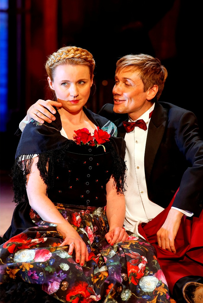 "Winnie Böwe as Josepha and Andreas Bieber as Leopold in ""Im weißen Rössl"" at Renaissance Theater. (Photo: Barbara Braun / drama-berlin.de)"