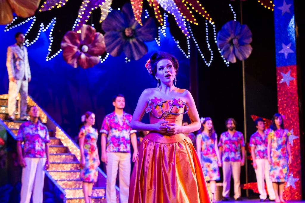 """Sieglinde Feldhofer und dem Chor des Lehár Festivals Bad Ischl in """"Die Blume von Hawaii"""". (Foto: www.fotohofer.at)"""
