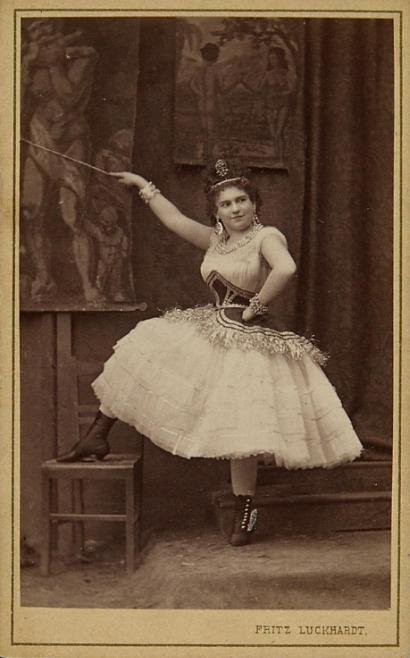 """Josefine Gallmeyer in """"Die Prinzessin von Trapezunt,"""" Vienna. (Photo: Fritz Luckhardt / Sammlung Theatermuseum Wien)"""