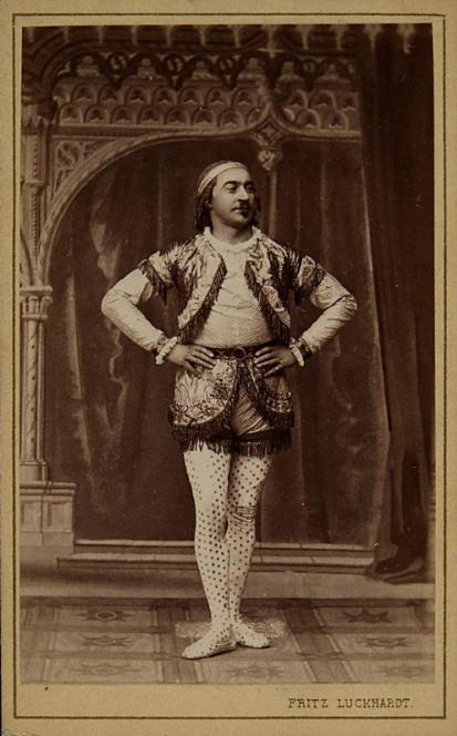 """Karl Blasel in """"Die Prinzessin von Trapezunt."""" (Photo: Fritz Luckhardt / Sammlung Theatermuseum Wien)"""