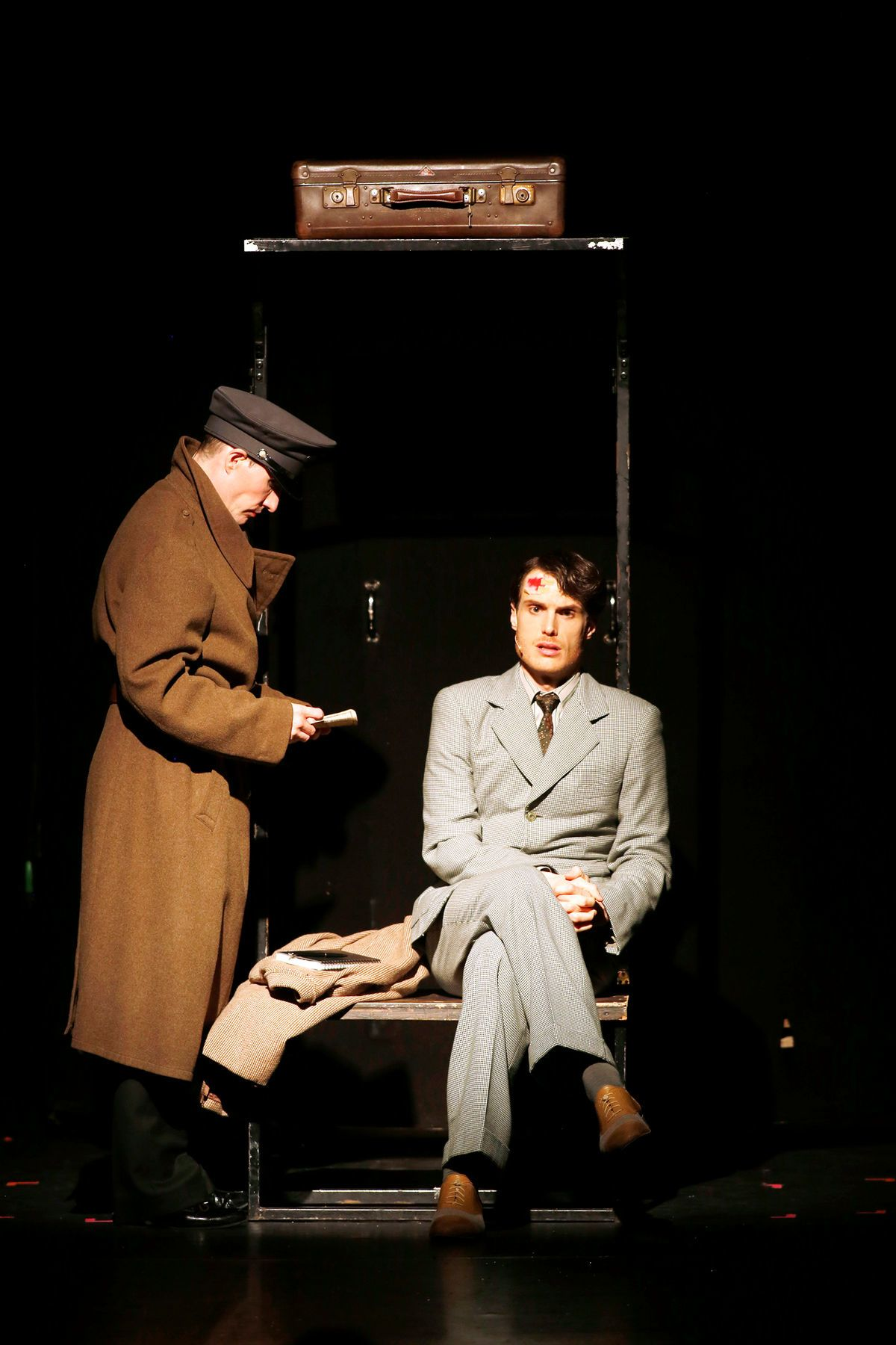 The final scene: Cliff leaves Berlin to escape from the Nazis. Jörn Felix Alt (r.) as Cliff and Oliver Urbanski as MC. (Photo: Barbara Braun)