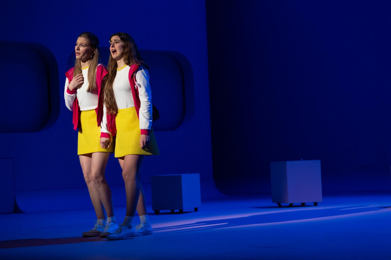 """Violette Polchi as Marie-Blanche and Anne-Aurore Cochet as Blanche-Marie in """"Les p'tites Mich."""" (Photo: Nemo Perier Stefanovitch / Palazzetto Bru Zane)"""