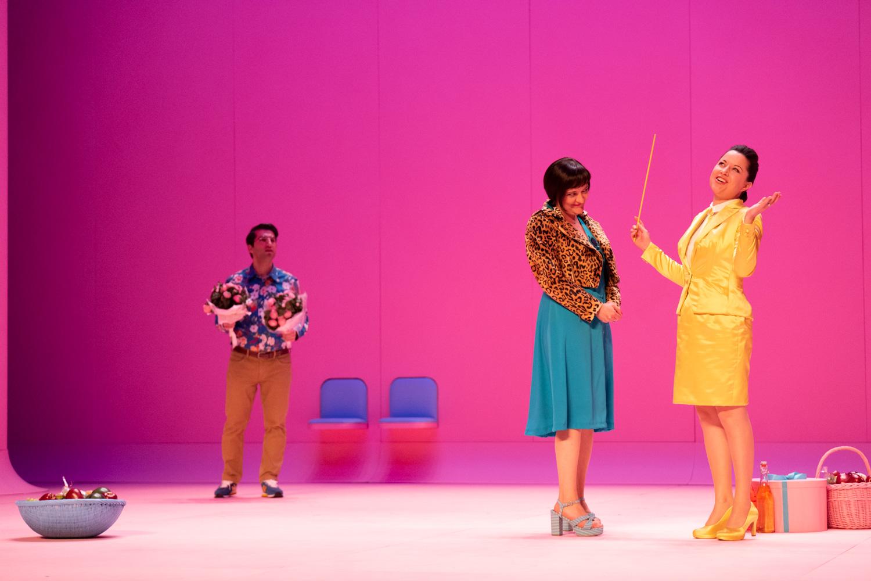 "Caroline Mang as Mademoiselle Herpin (r.) in ""Les p'tites Michu."" (Photo: Nemo Perier Stefanovitch / Palazzetto Bru Zane)"