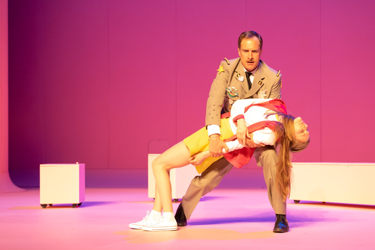 Boris Grappe as Général des Ifs with his fainting daughter. (Photo: Nemo Perier Stefanovitch / Palazzetto Bru Zane)