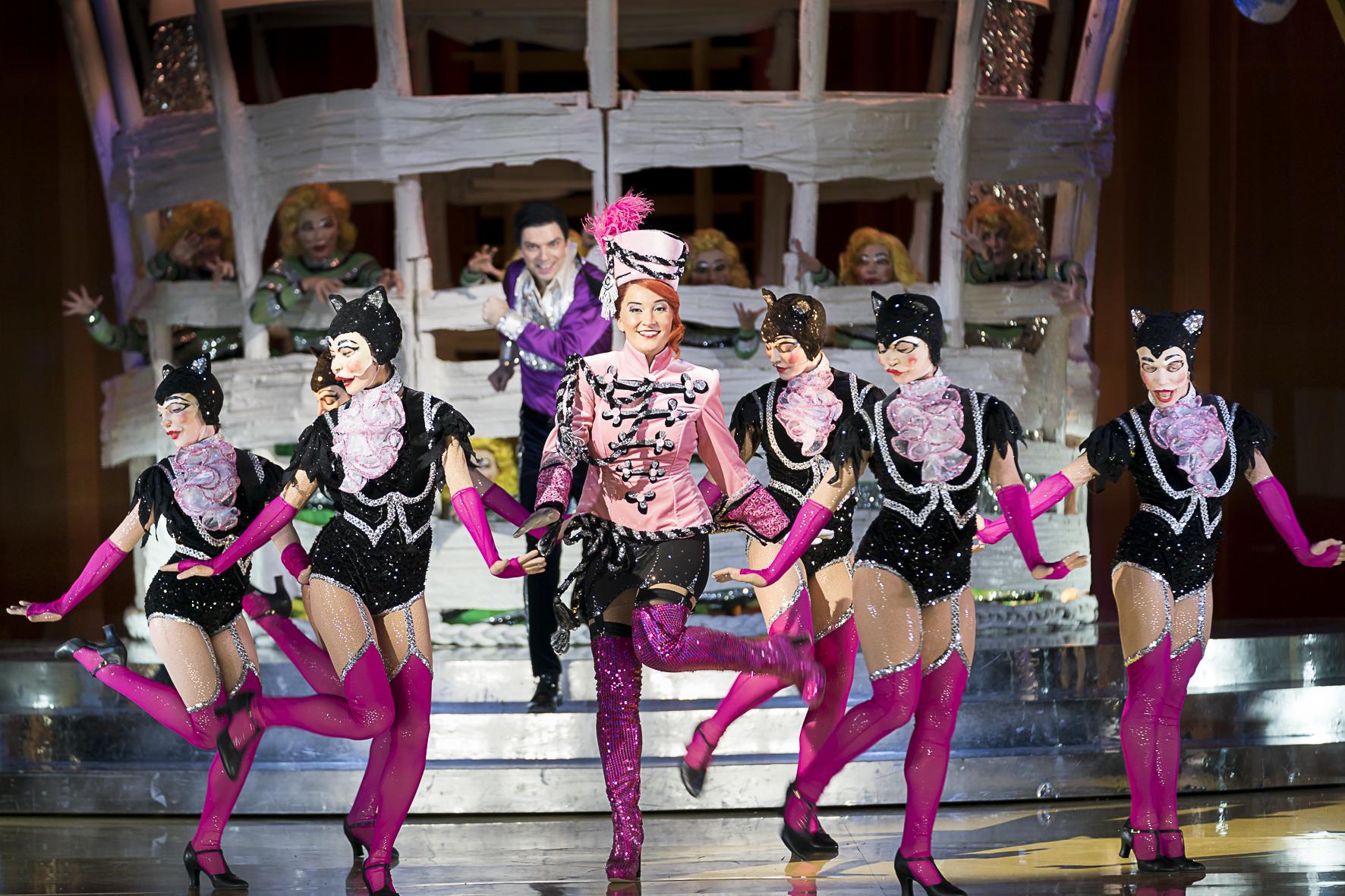 """Mareike Jankowski (Suza), and the ballet of Oper Graz in """"Polnische Hochzeit."""" (Photo: Werner Kmetitsch)"""