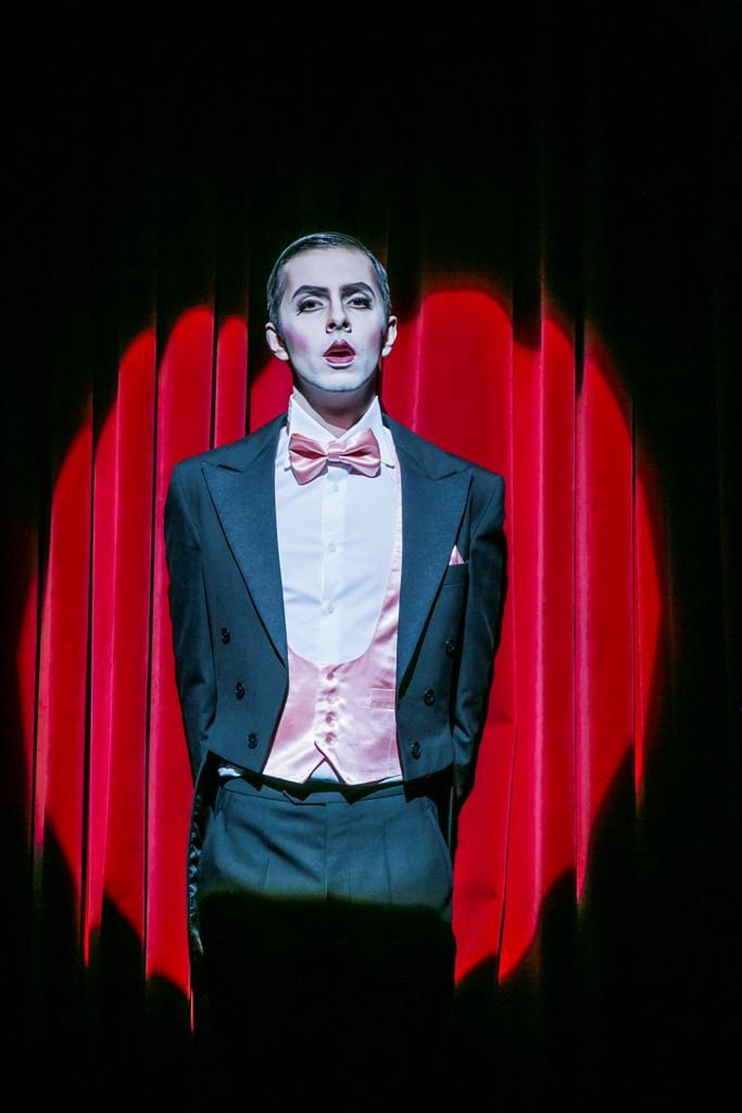"""Paul Hentze as Conférencier/ puppet player in """"Die Prinzessin von Trapezunt"""" (Photo: Jochen Quast)"""