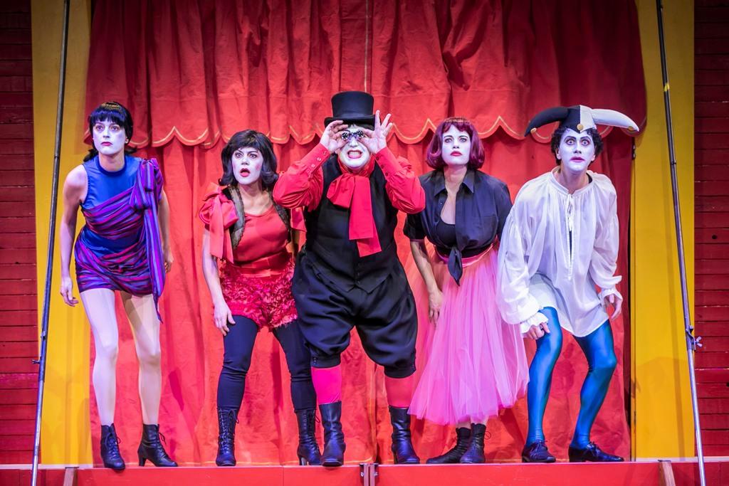 """Meike Hartmann (Zanetta), Katharina Schutza  (Paola), Levente György (Cabriolo), Neele Kramer (Regina), Jan Rekeszus (Tremolini) in """"Die Prinzessin von Trapezunt"""" at Theater für Niedersachsen / TfN (Photo: Jochen Quast)"""