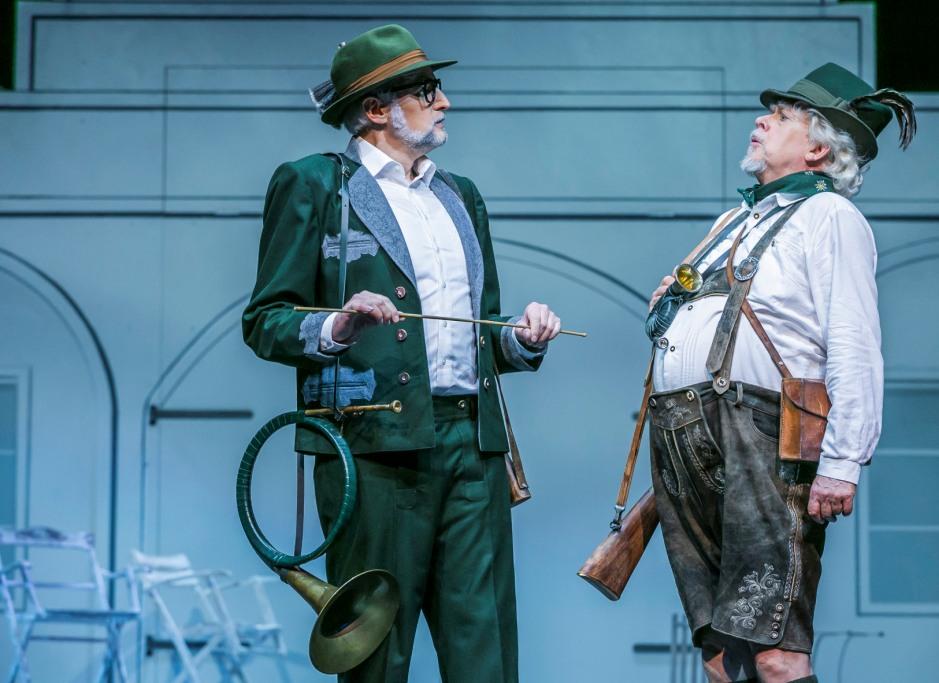 """Uwe Tobias Hieronimi (Fürst Kasimir), Dieter Wahlbuhl (Sparadrapp) in act 2 of """"Prinzessin von Trapezunt"""" (Photo: Jochen Quast)"""
