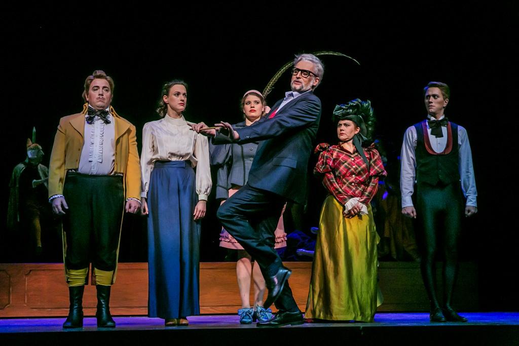 """A scene from act 3: Levente György (Cabriolo), Meike Hartmann (Zanetta), Neele Kramer (Regina), Katharina Schutza (Paola), Jan Rekeszus (Tremolini), front: Uwe Tobias Hieronimi (Fürst Kasimir) in """"Prinzessin  von Trapezunt"""" (Photo: Jochen Quast)"""