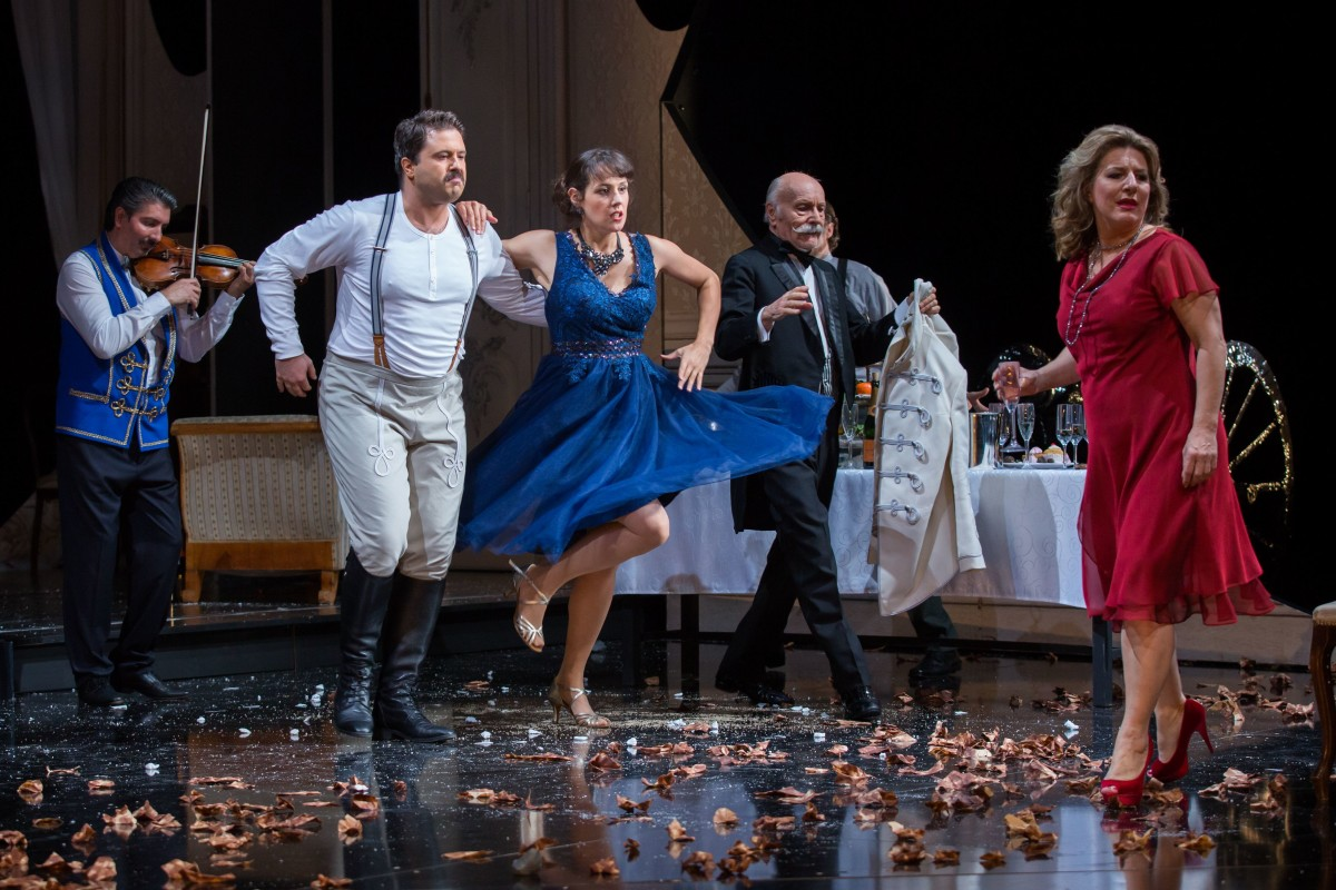 "The big party scene in ""Ein Herbstmanöver"" at Gießen opera. (Photo: Rolf K. Wegst)"