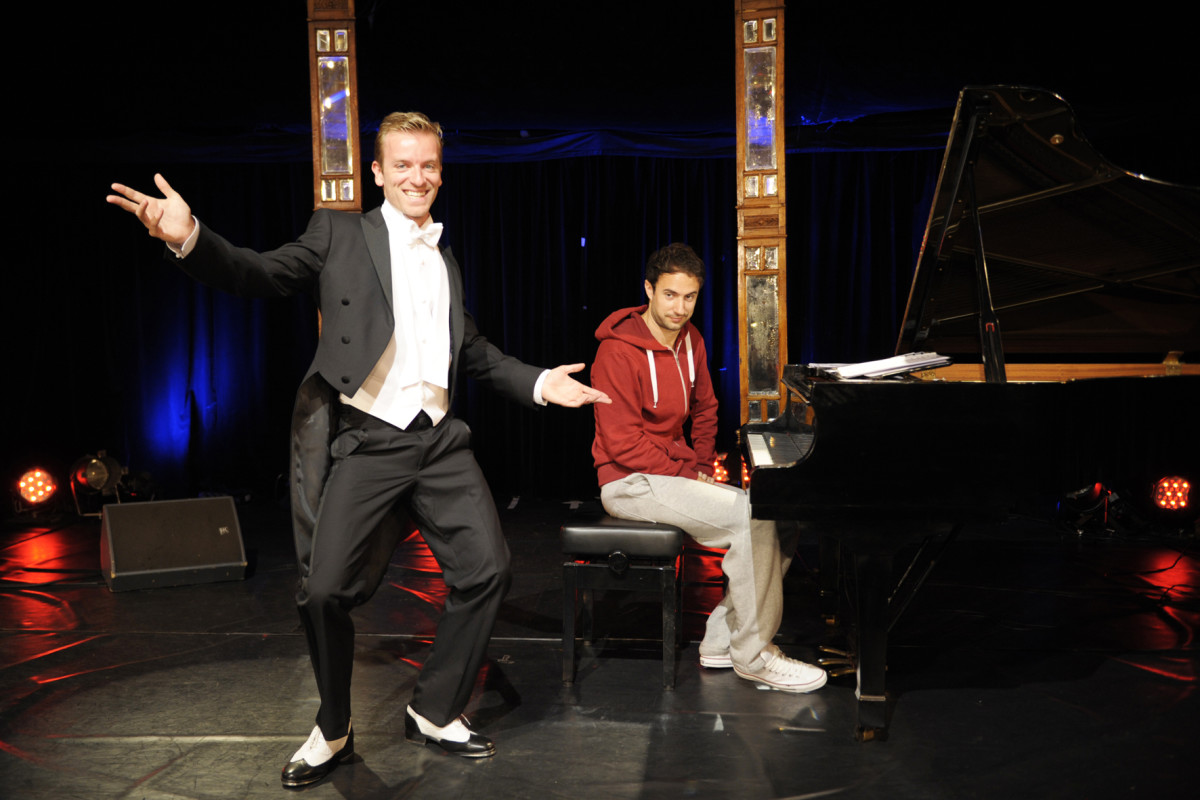 Benedikt Zeitner (l.) and Dominik Wagner from the Ass-Dur comedy team, performing at Bar jeder Vernunft. (Photo: Jan Wirdeier)