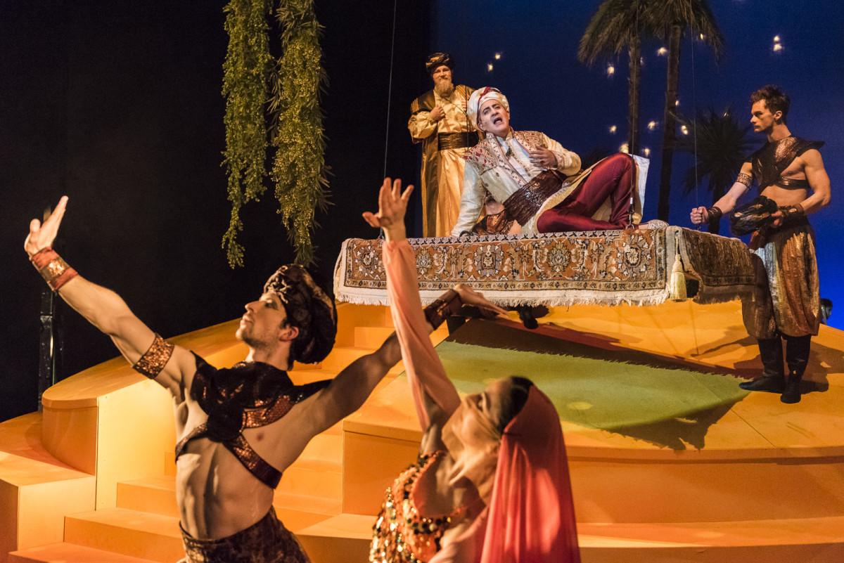 """Andrés Felipe Orozco as the Calip singing """"Night of My Nights"""" in """"Kismet,"""" Neustrelitz 2019. (Foto: Tom Schweers)"""