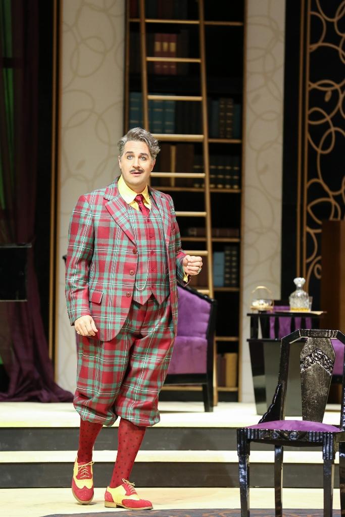 """Carsten Süss as Graf Lacy de Nagyfaludi in Benatzky's """"Meine Schwester und ich."""" (Photo: Barbara Pálffy / Volksoper Wien)"""