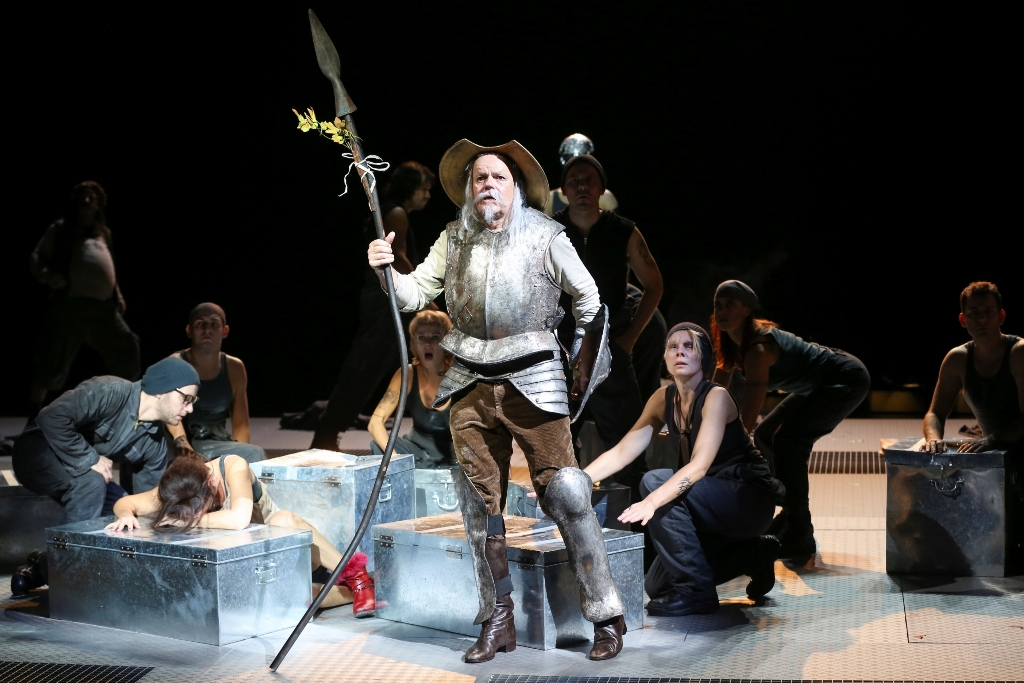Robert Meyer as Don Quixote with the ensemble of Volksoper Wien. (Photo: Barbara Pálffy/Volksoper Wien)