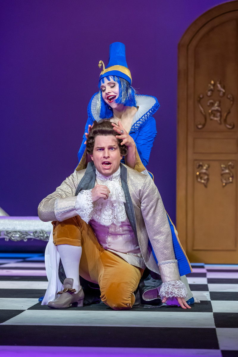 Lilli Wünscher as Madame Pompadour and Jeffrey Krueger as Calicot. (Photo: Tom Schulze)