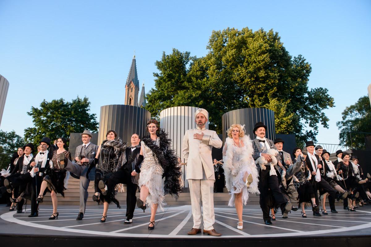 """The ensemble of """"Die Bajadere"""" in Neustrelitz, 2019. (Photo: TOG / Jörg Metzner)"""
